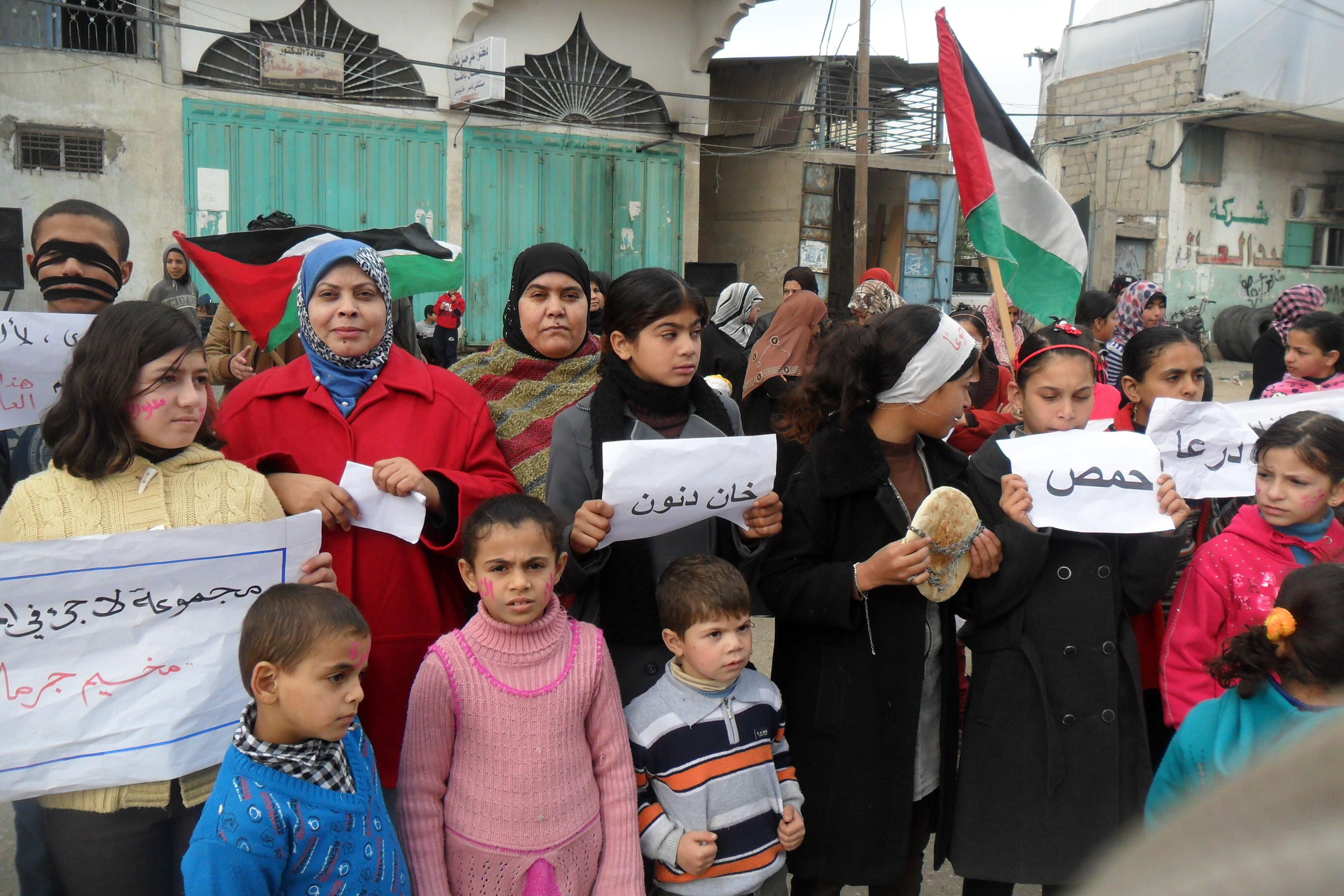 اتحاد لجان المرأة في رفح ينظم وقفة تضامنية مع أطفال مخيم اليرموك