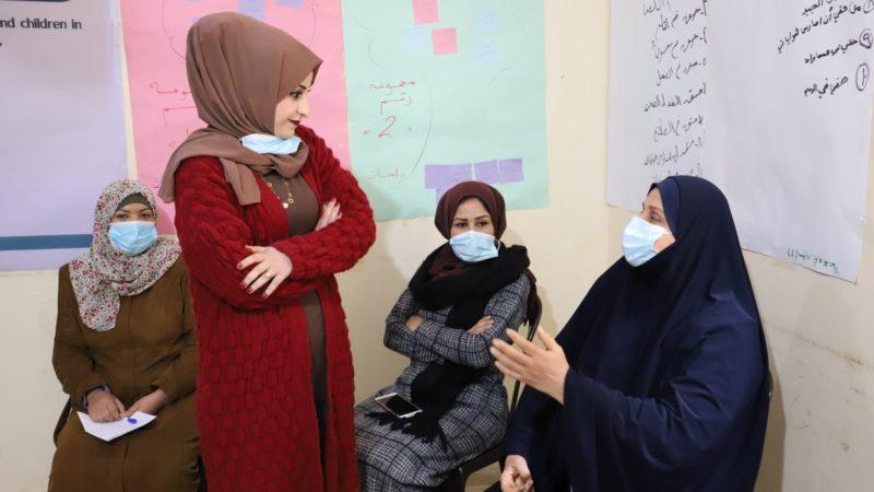 جانب من جلسة دعم نفسي استهدفت مجموعة من السيدات في مدينة رفح مع الأخصائية فداء البيومي