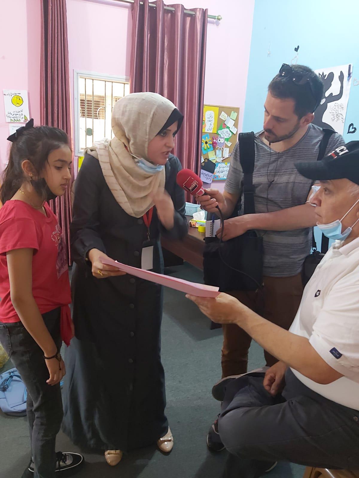 جانب من تقرير صحفي أعده الراديو الفرنسي مع الأخصائيات النفسيات في اتحاد لجان المرأة الفلسطينية حول التقنيات التي يتم استخدامها للتعامل مع الأطفال بعد العدوان
