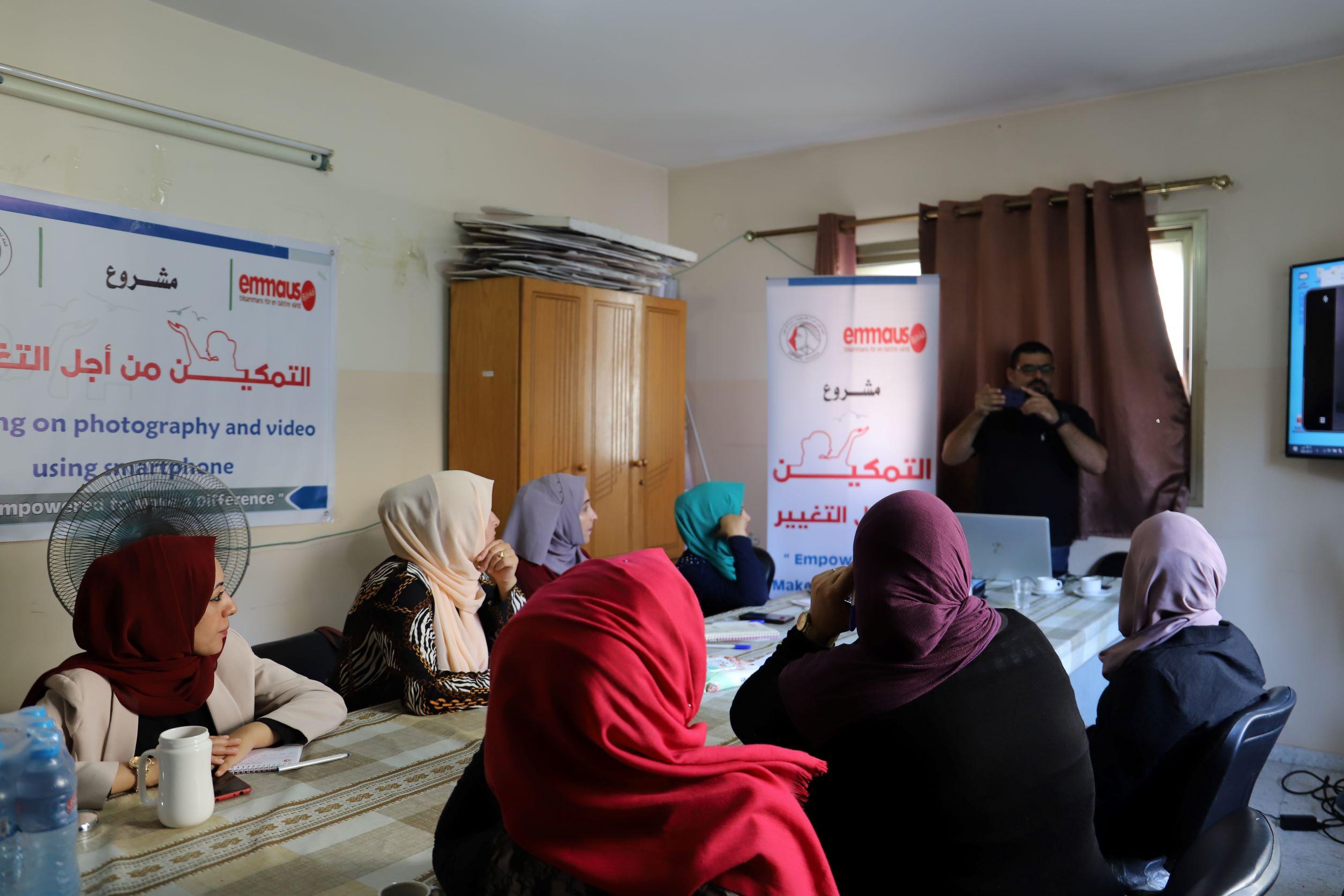 اتحاد لجان المرأة الفلسطينية ينفذ تدريبا حول كيفية التصوير الفوتوغرافي والفيديو باستخدام الهاتف الذكي.